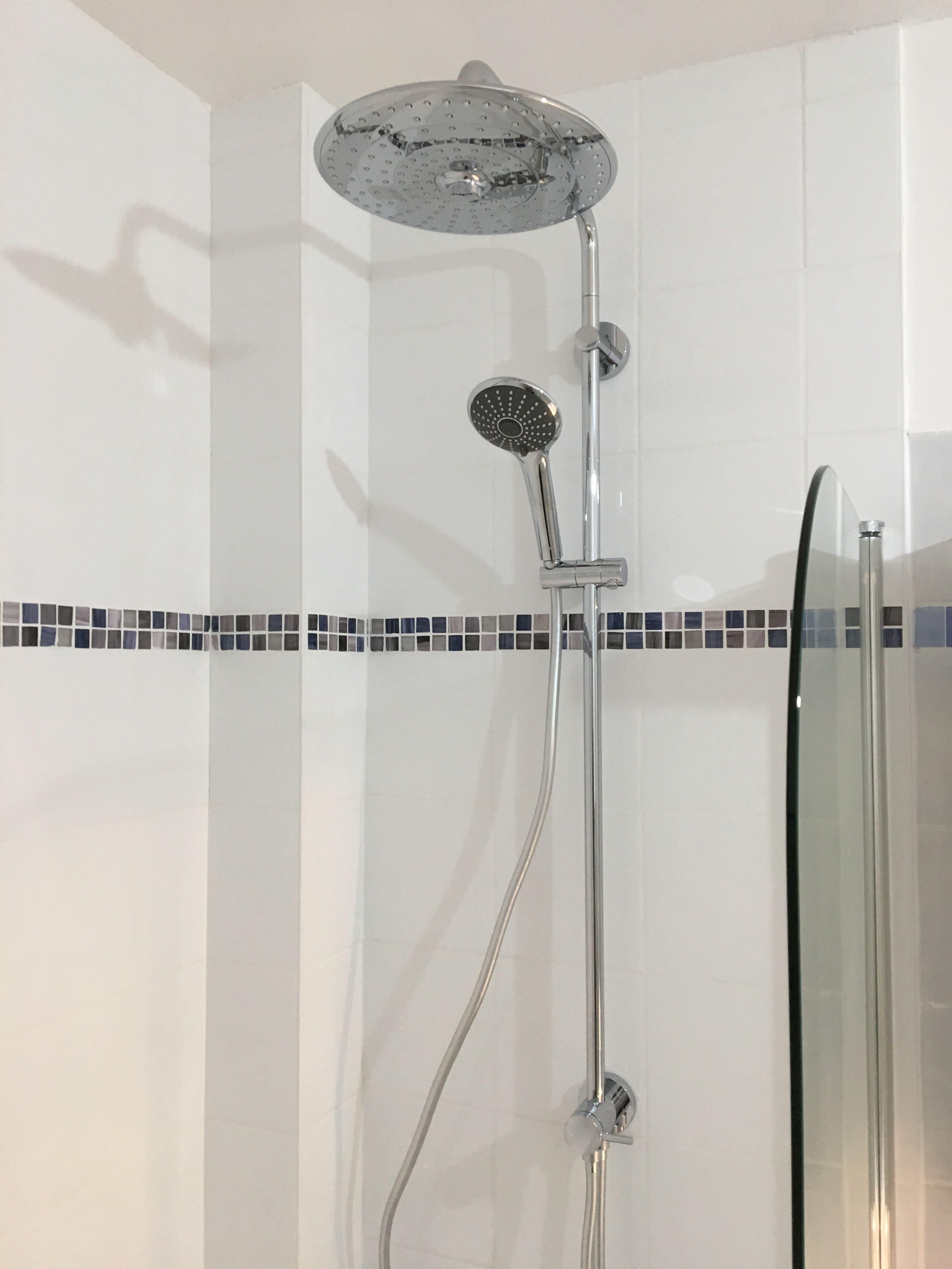 Douche dans la baignoire.